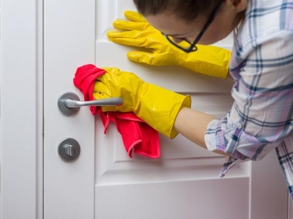pulizia,porte,manutenzione,legno, Guida alla pulizia e manutenzione delle porte interne in legno